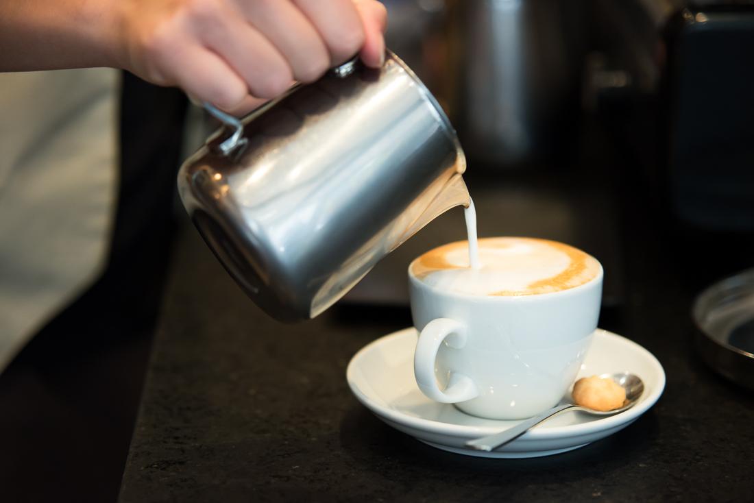 Fotostrecke: Cappuccino beim einfüllen