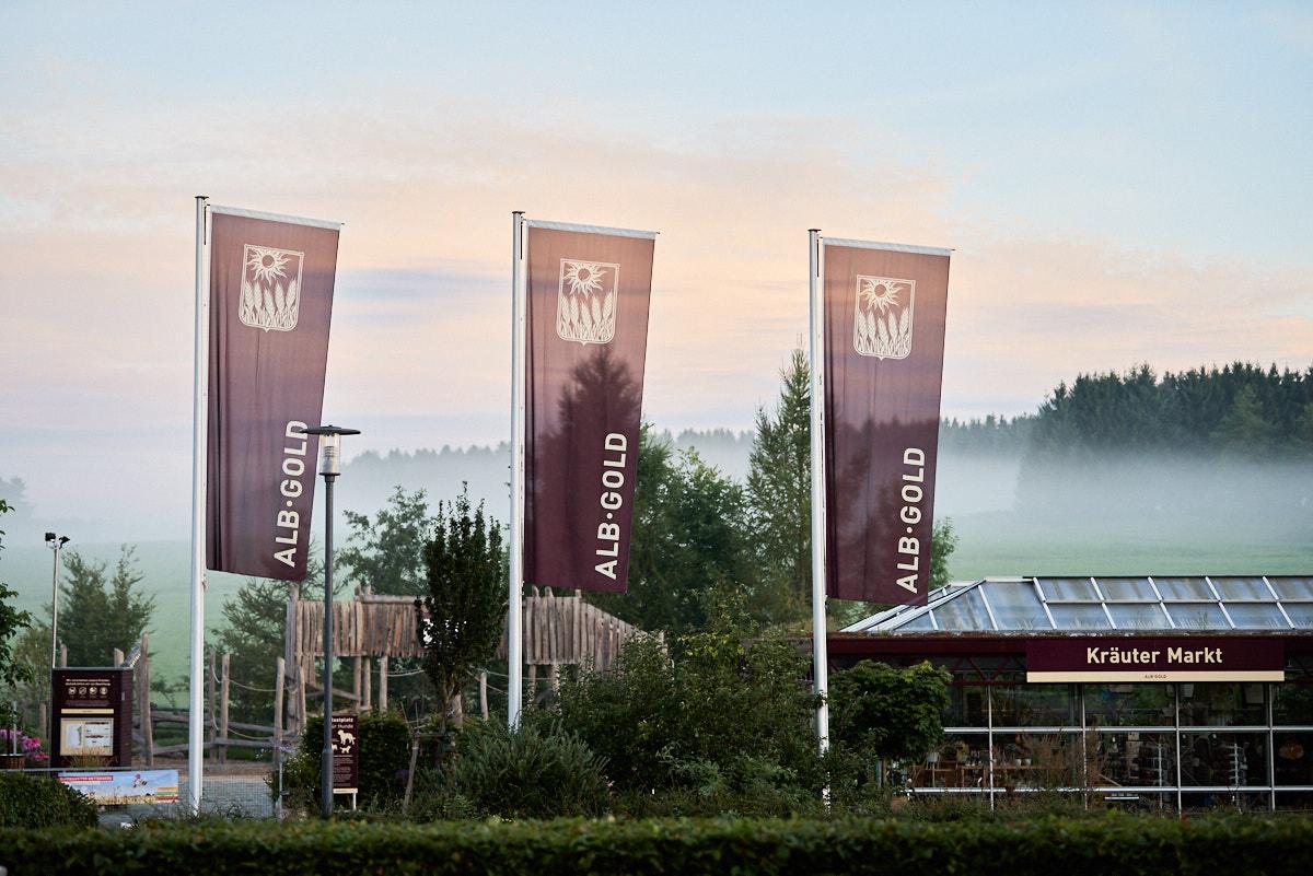 Unternehmensfoto und Außenansicht mit Fahnen von einem Firmengebäude in Baden-Württemberg