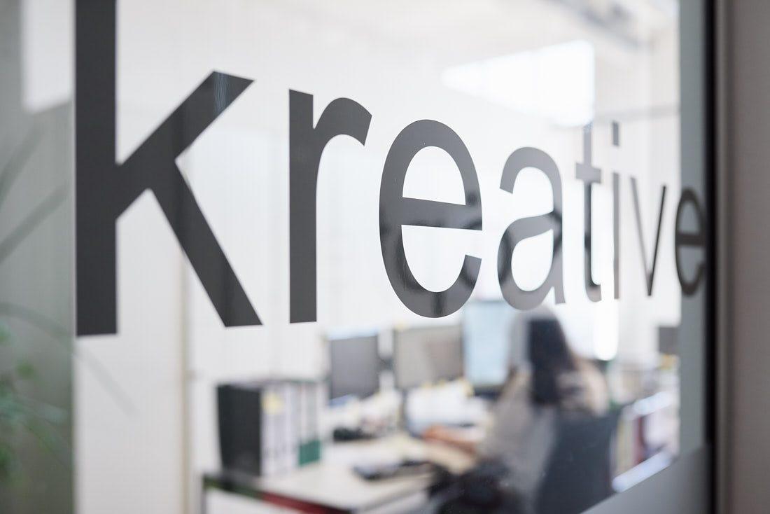 Fotograf für authentische und lebendige echte Business Bilder bei der Arbeit