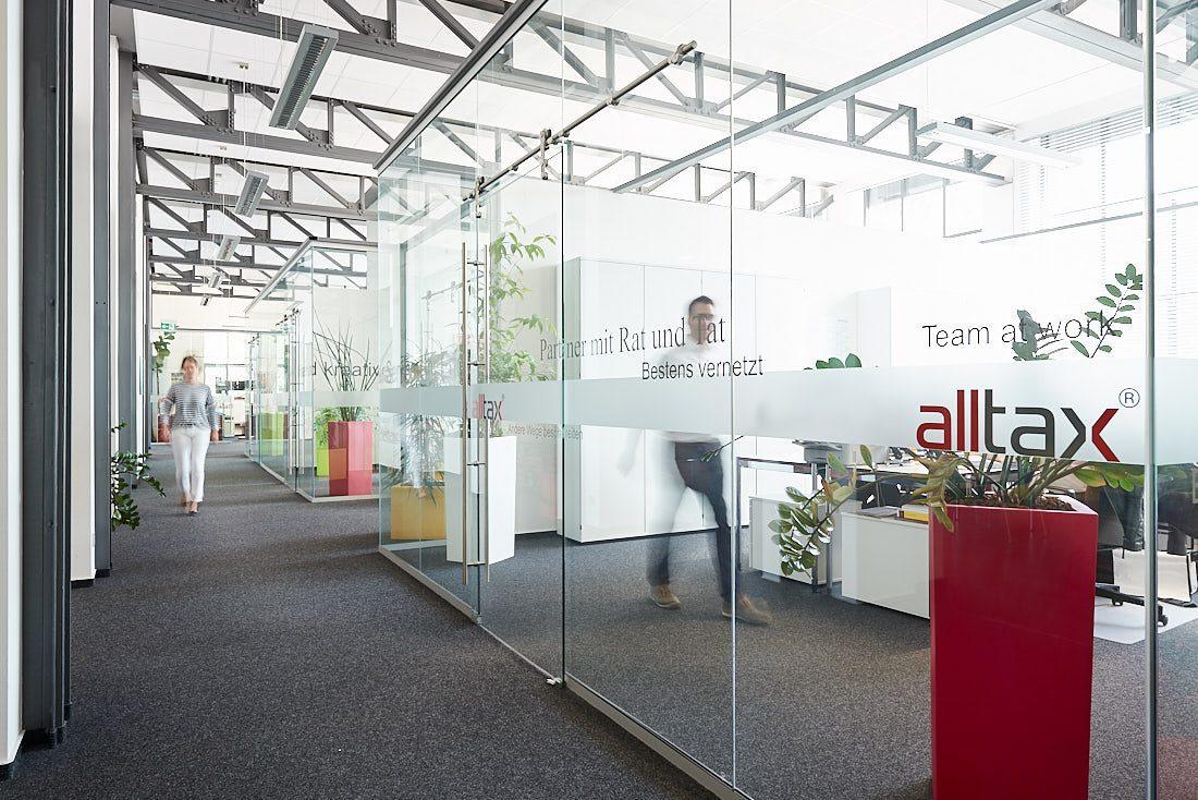Großraumbüro, Business Gebäude. Fotograf für authentische und lebendige echte Business Bilder bei der Arbeit