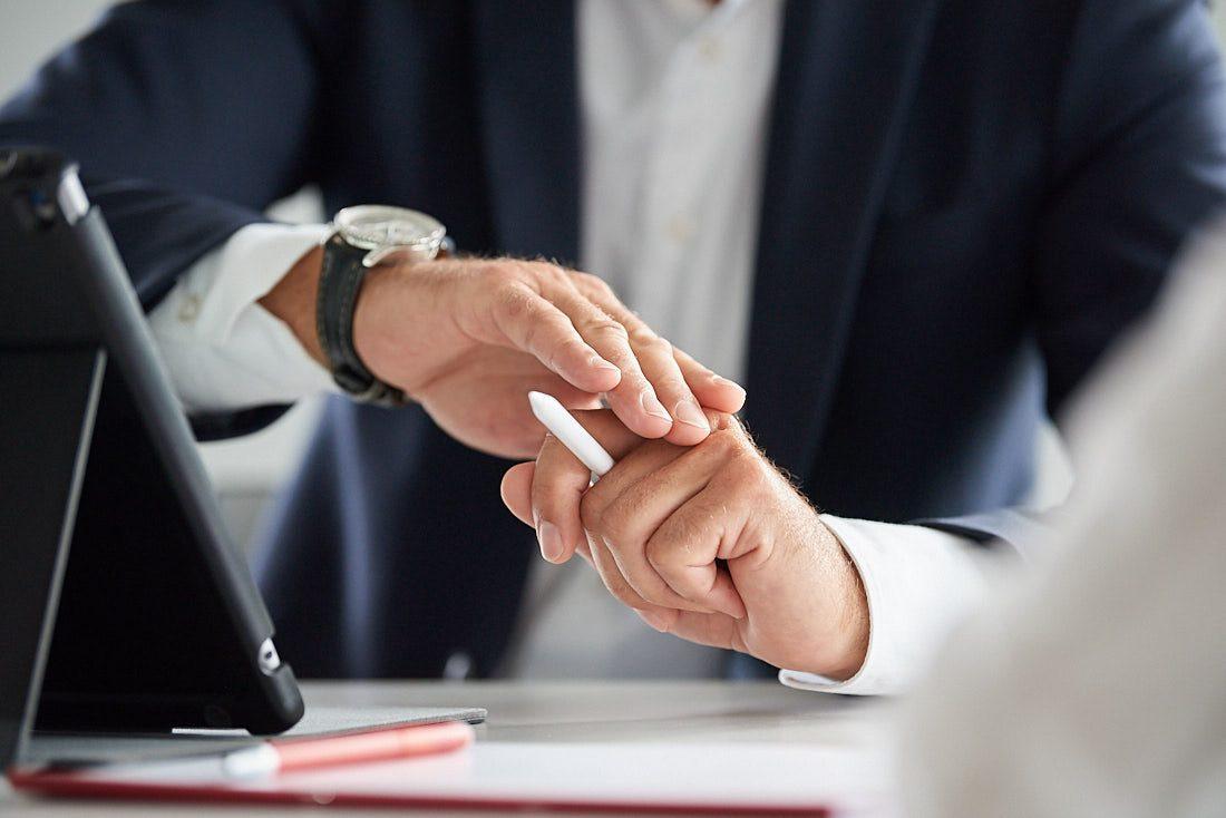 Detail: Hände beim Erklären. Fotograf für authentische und lebendige echte Business Bilder bei der Arbeit