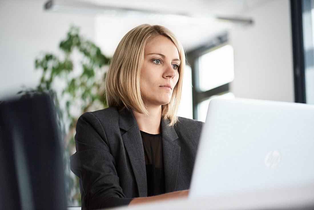 Unternehmensfoto als Arbeitssituation Frau am Laptop