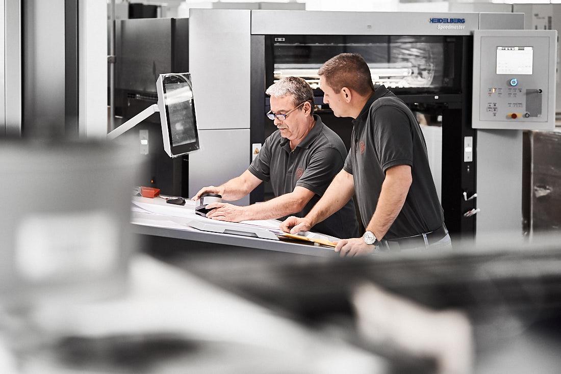 Authentische Arbeitssituation in einer Produktion, fotografiert von Unternehmensfotografie
