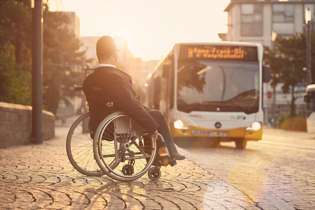 Werbefotoshooting, Werbefotografie für Hessisches Ministerium für Wirtschaft und Verkehr, Thema Nahmobilität, Rollstuhlfahrer und Bus