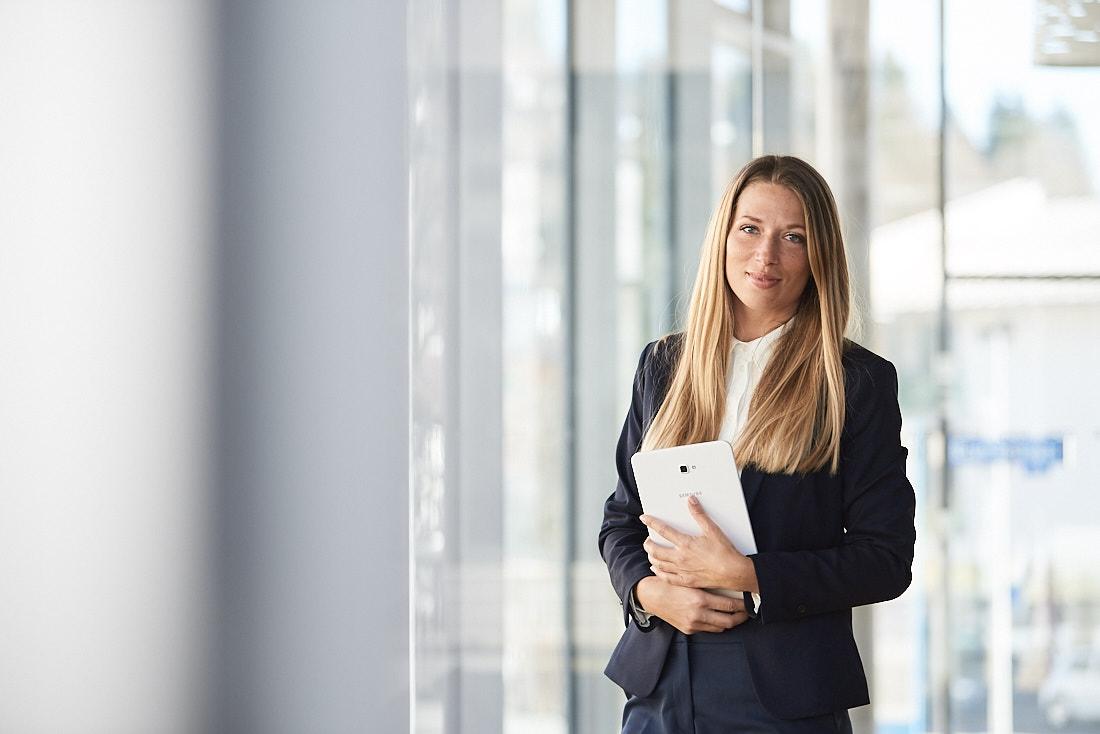 Businessportrait in hellem Business Gebäude
