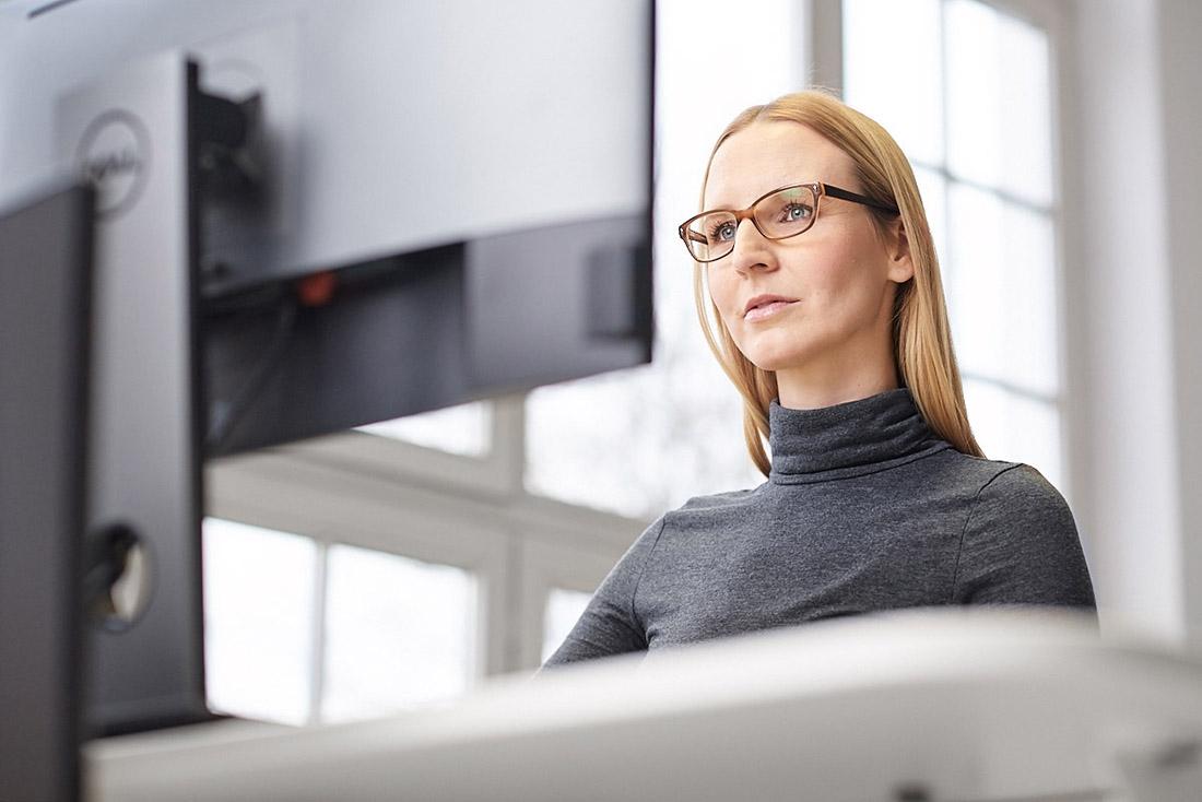 Businessfoto Arbeitssituation am PC im Büro