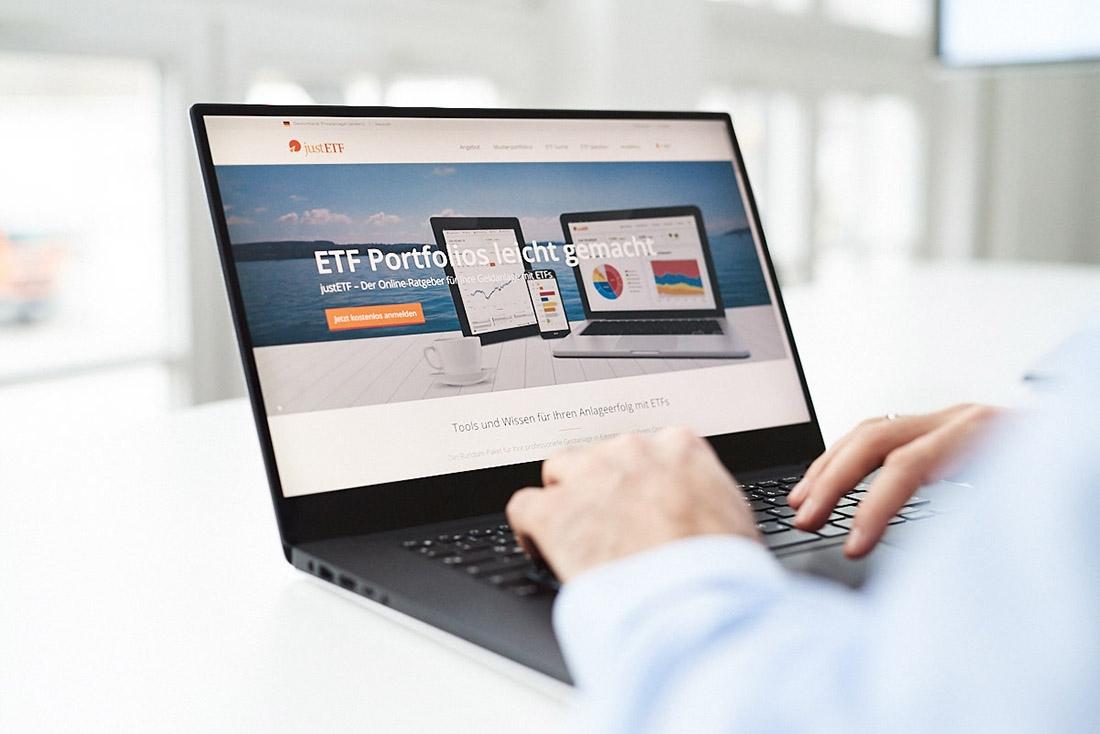 Businessfoto Laptop mit Unternehmenswebseite