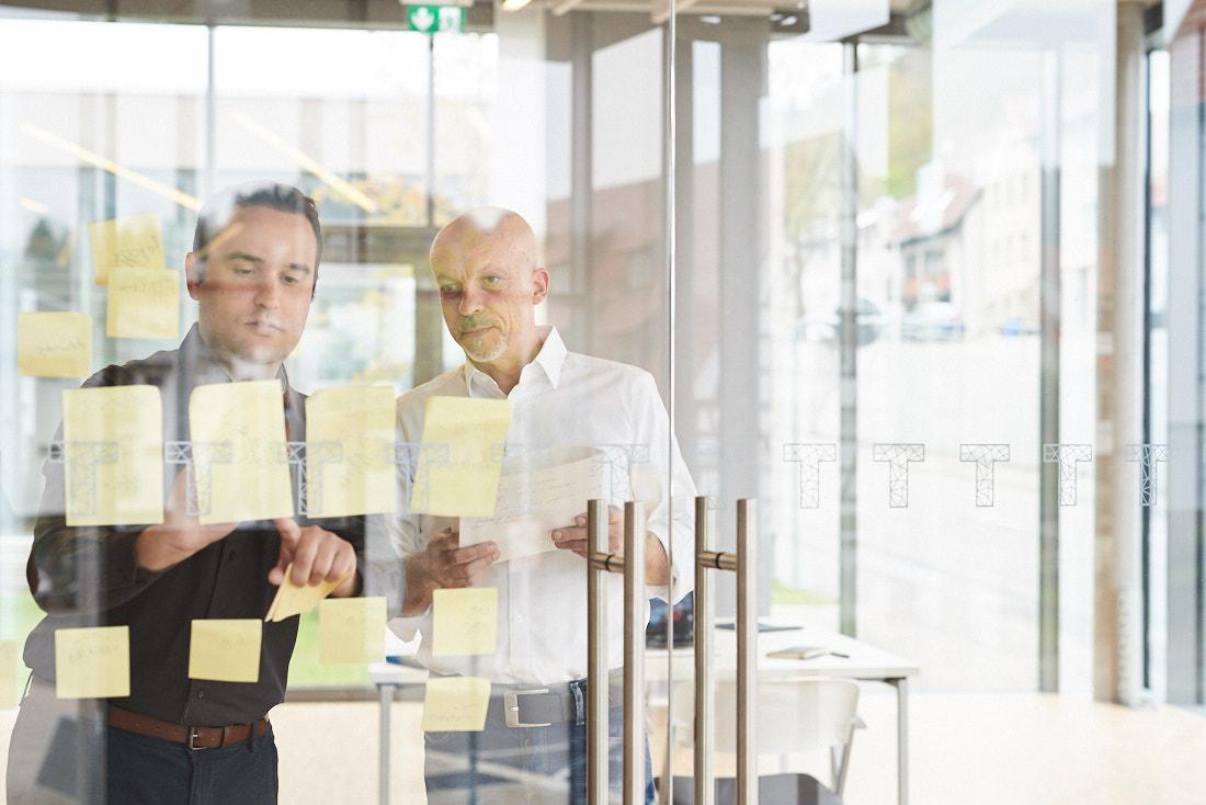 Businessfotos Baden-Württemberg, Meeting an Glasscheibe