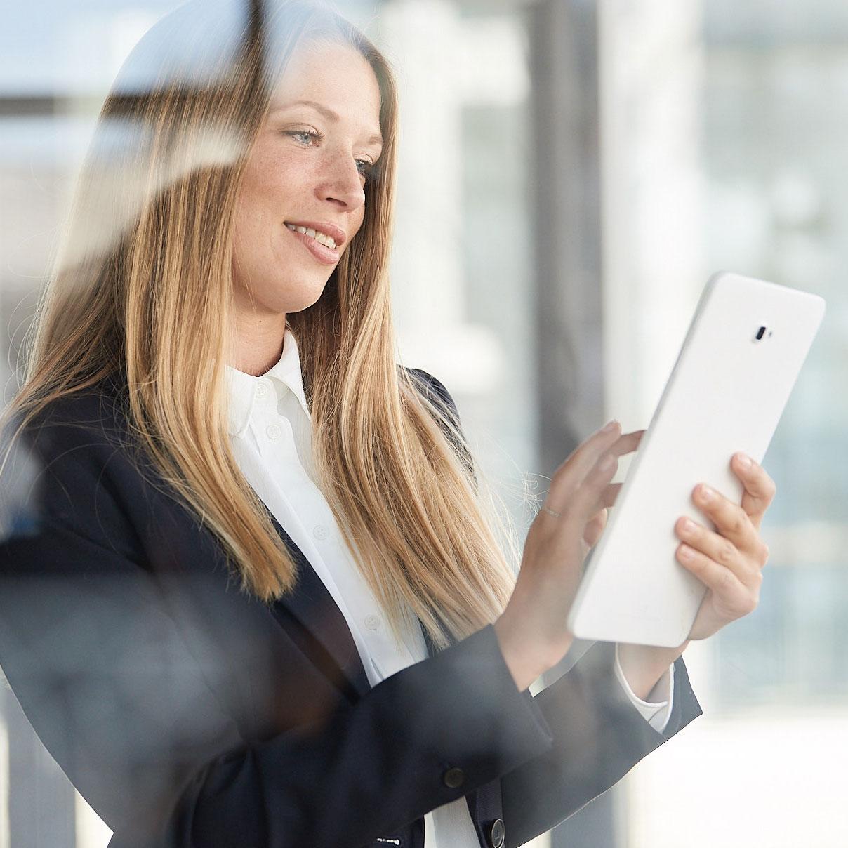 Unternehmensfotografie Stuttgart Businessfotos Frau mit iPad